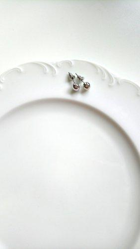 silberne kugelförmige Ohrstecker