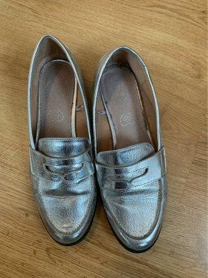 Silberne Loafer