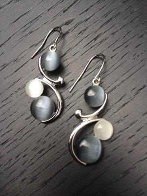 Silberne Ohrhänger mit Ziersteinen (Modeschmuck)