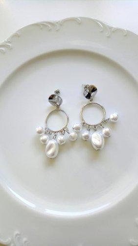 silberne Ohrringe mit weißen Perlen