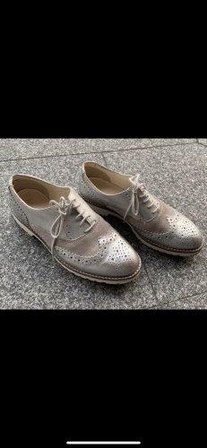 Silberne Schnürschuhe