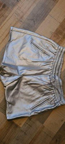 silberne Shorts