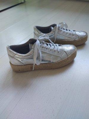 silberner Sneaker