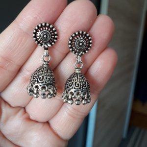 Boucle d'oreille incrustée de pierres argenté-gris