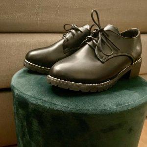 Simple, schwarze Oxford Schuhe