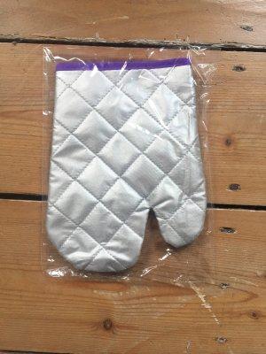 Singer silberner Handschuh / Ofenhandschuh mit lilanem Detail zum Aufhängen