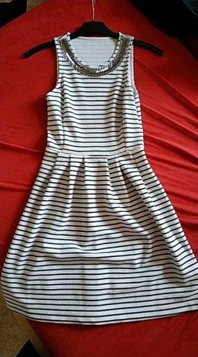 Skater-Kleid, schwarz-weiß gestreift, Pailetten/ Perlen Kragen, tailliert