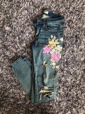 Skinny Jeans mit Löchern und Aufdruck