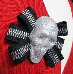 Skull Statement Schmuck Brosche Schleife Anstecker Pin Button Gothic Schwarz Silberfarben