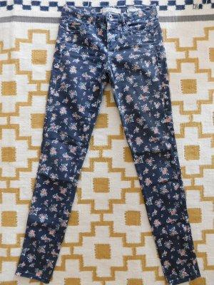 Slim Jeans mit Blumenmuster von Bershka