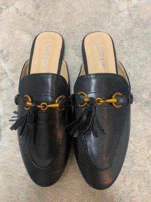 Slipper schwarz mit goldener Schnelle und Fransen