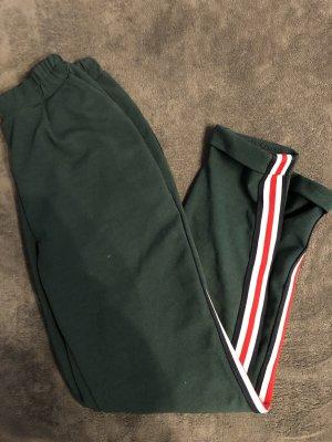 Smaragdgrüne Hose mit rot-weißen Streifen