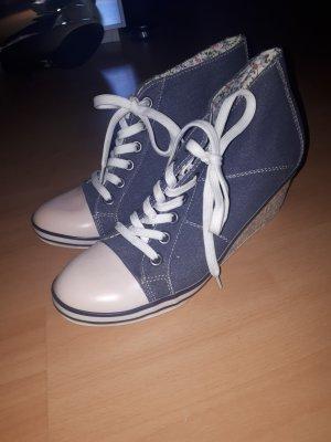 Sneaker- Absatzschuhe