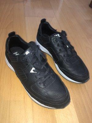 Sneaker aus Leder mit Felldetails