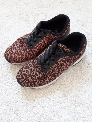 Sneaker im Leo-Muster