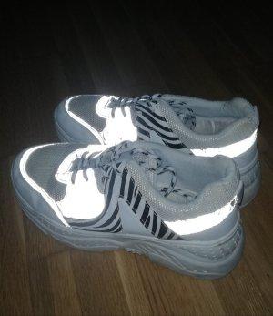 Sneaker mit Reflektoren