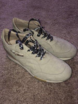 Sneaker mit Seidenschnürsenkeln