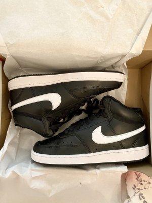 Sneaker Nike mit Etikett