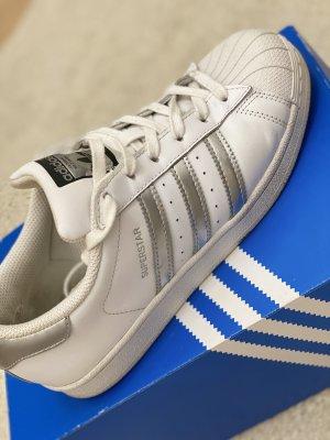 Sneaker vom Adidas