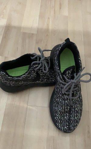 Sneaker von Nike in grau