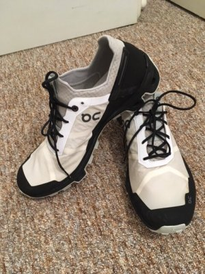 Sneaker von On Running Cloudventure Peak  schwarz-weiß in Gr. 41 - Top