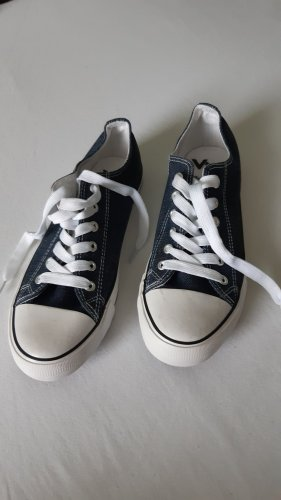 Sneakers im Jeanslook
