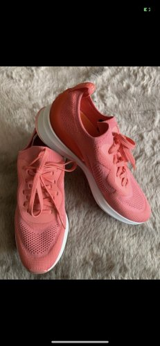 Sneakers in Korallenpink, neu
