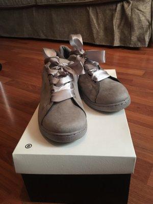 Sneakers mit Fliege