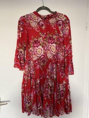Sommerkleid in rot mit Blumenmuster