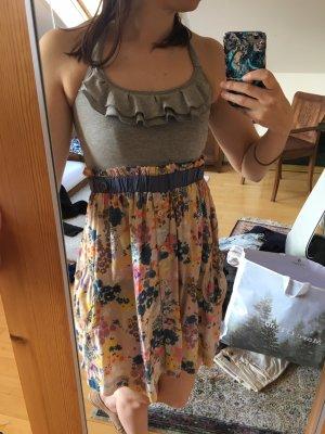 Sommerkleid mit Blümchen von Tommy Hilfiger Denim - Babydollkleid Bandeaukleid mit Rüschen und Blumen - gekreuzte Träger