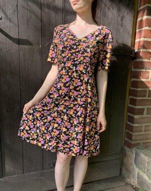 Sommerkleid mit bunten Blumen