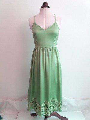 Sommerkleid mit Spitzenborte in frischem Grün