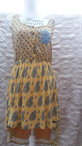 Sommerkleid mit Vokuhila- Saum.Mit dem sommerlichen Allover-Print wird das Khujo Kleid zum echten Blickfang. Der leichte Stoff, das integrierte Unterkleid und der schmale abnehmbare Gürtel beweisen einmal mehr die Leidenschaft für Details von Khujo. Kleid