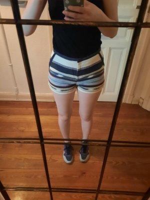 sommerliche, gestreifte Shorts