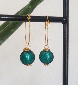 Sommerliche, handgemachte Creole mit grüner Glasperle (Goldfarben)