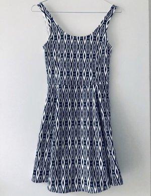 Sommerliches Kleid mit Ethnomuster