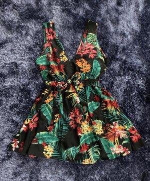 Sommerliches Kleid mit tropischen Blumen