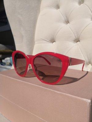 Sonnenbrille rot und schwarze Gläser