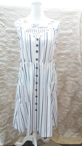 Spaghettiträger Kleid,Das Kleid ist aus einer leichten Polyestermischung gefertigt und kommt in taillierter Passform. Es zeigt sich mit Streifenmuster, Spaghettiträgern und Knopfleiste und hat Aufgesetzte Taschen.