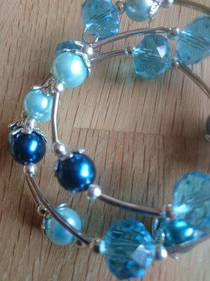 Spiralarmband mit blauen Perlen