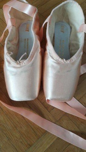 Zapatos Oxford con puntera rosa