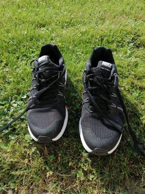 sportliche Schuhe von Nike