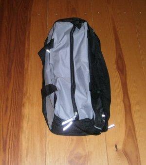 Sporttasche * grau und schwarz * mit vielen Details