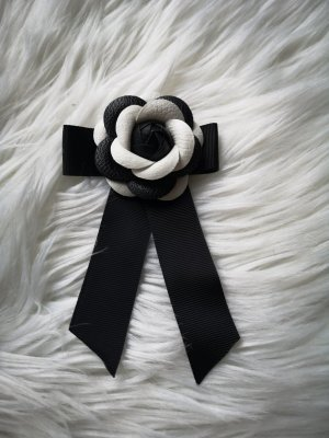 Broche blanc-noir