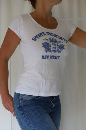 Statement-Shirt im College-Look