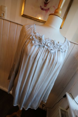 Statement Tunika Bluse mit 3D Blüten und Blätter am Ausschnitt, Grau aus glänzender Seide
