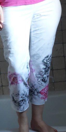 Steilmann, leichte 7/8 Hose Modell: Andy, weiß mit Rosenmotiv in Pink/Grau, wunderschöne Qualität, angenehm zu tragen, gute Passform, 97% Cotton/Baumwolle, 3% Elasthane, Zipp, ganz glatt, ohne Taschen, normale, etwas höhere Bundhöhe, Boutique, hochwertige