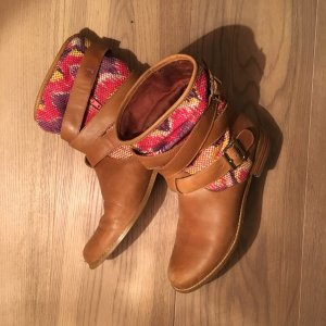 Stiefelchen mit Lederriemen