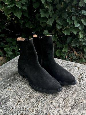 Stiefelette aus schwarzem Nubukleder