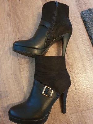 Stiefelette in schwarz mit Schnalle